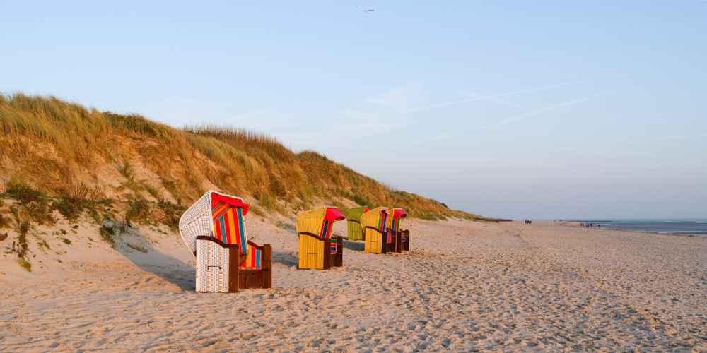 Strandkörbe in den Dünen der Insel Föhr.