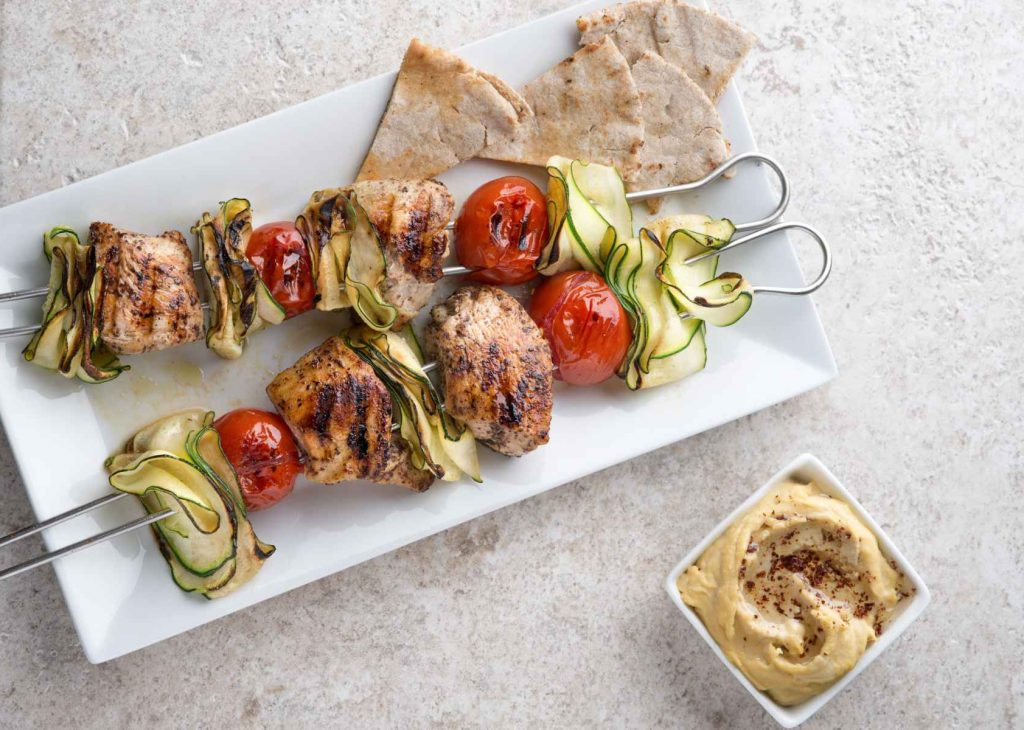 Grill-Rezept: Fleischspieße mit Hummus-Dip