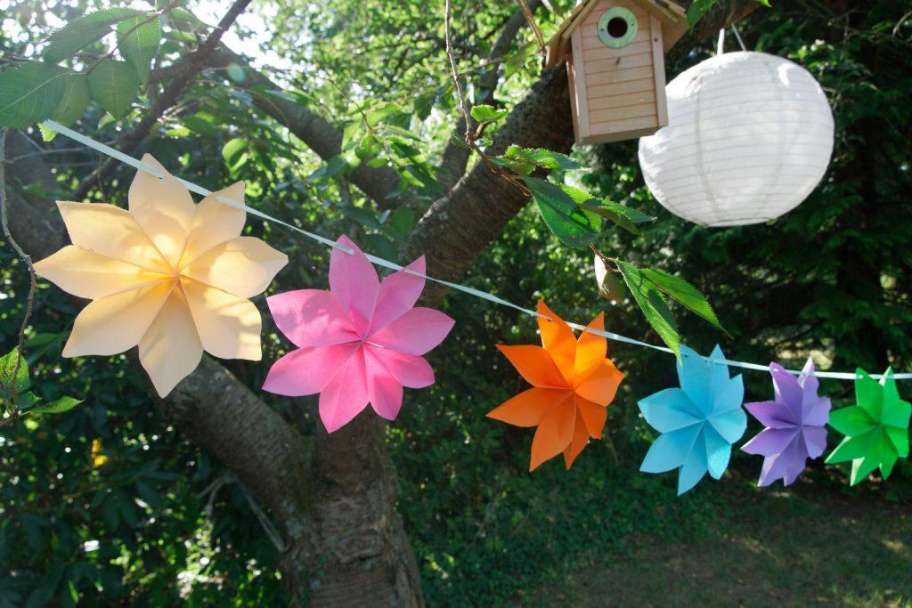 Sommergirlande aus Papierblüten