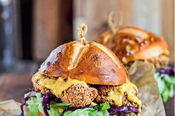 Laugen-Burger mit Knusperkäse und Senfcreme